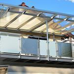Balkon mit Glasdach und Markise